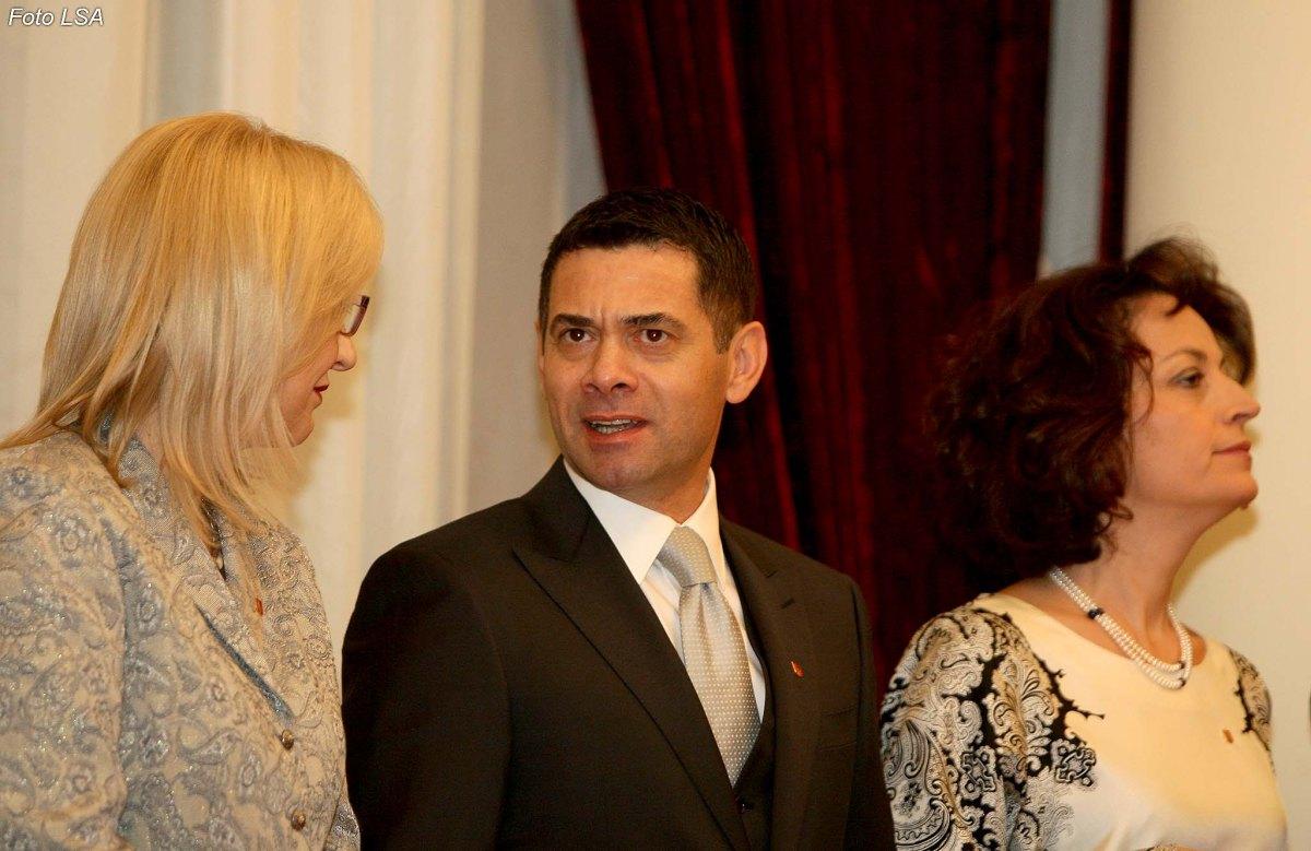 """Ministri Ahmetaj dhe dashnorja e tij, drejtoresha Zhanina Dapi: ai e quan """"Nicole Kidman"""", ajo e quan """"Tom Cruise"""" Nga Kastriot Myftaraj"""